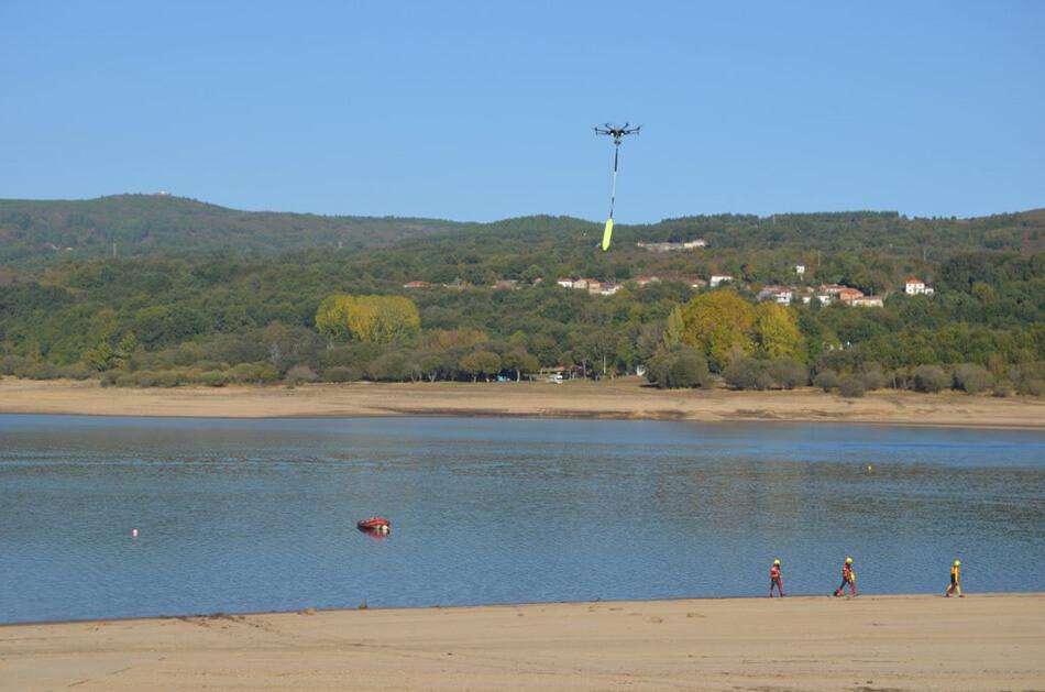 Dron volando en curso de emergencias acuáticas