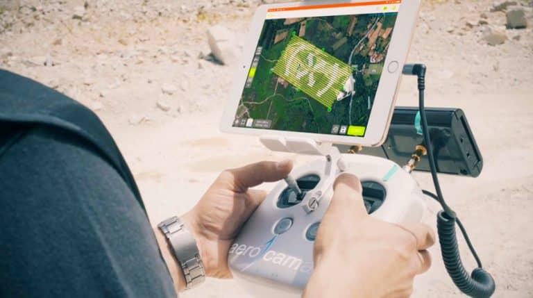 Plano de mando de prueba en curso de piloto de drones en topografía y fotogrametría