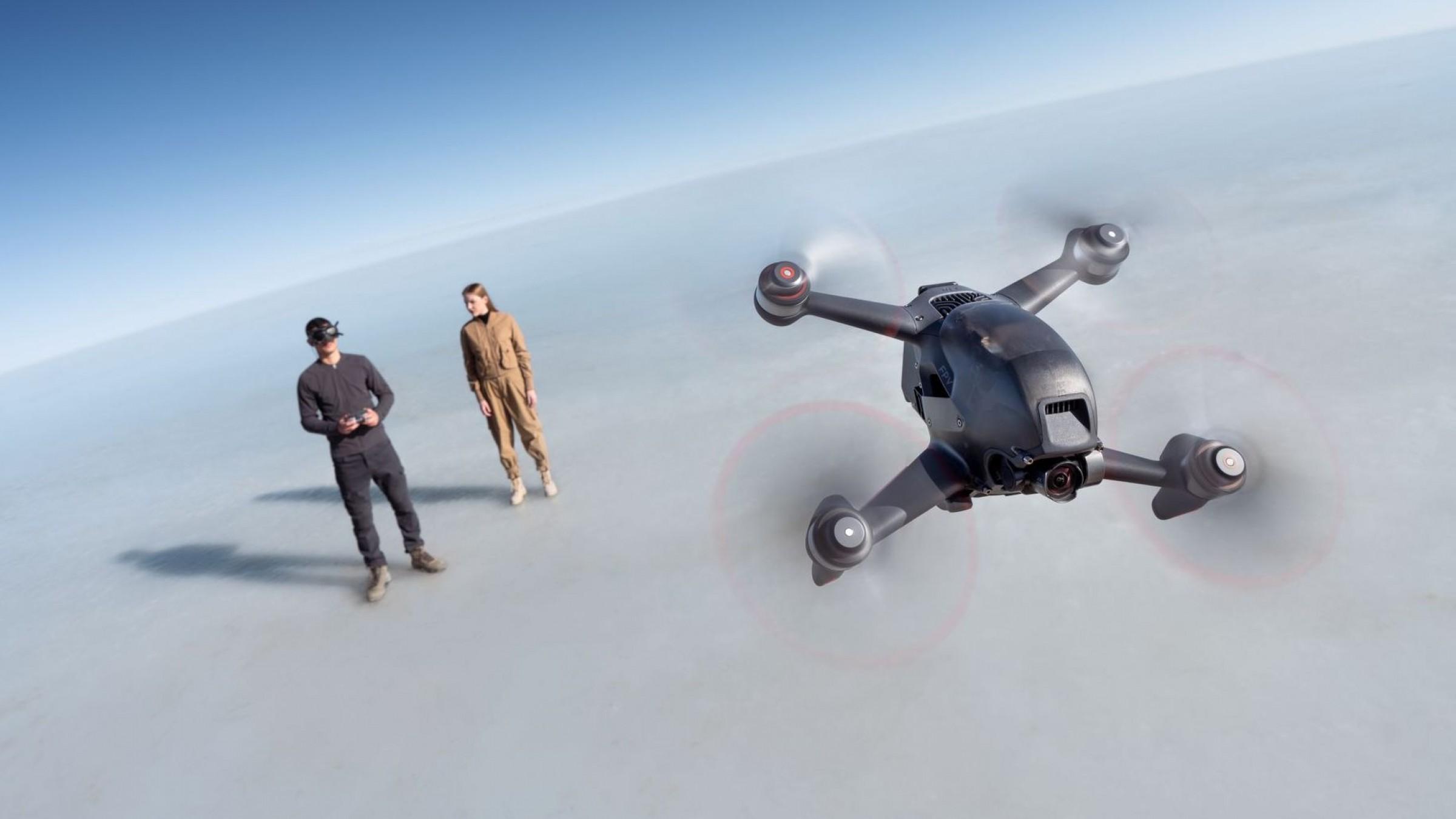 Dron DJI FPV volando en primera persona